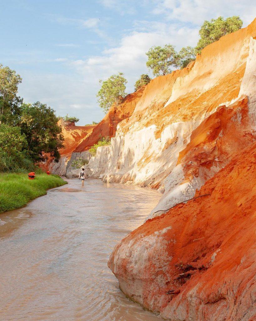 Du lịch Phan Thiết- Phan Thiết đi đâu?- Gam màu đỏ- cam- trắng tạo nên dòng suối khác biệt và vô cùng độc đáo. Ảnh: @rp.panda