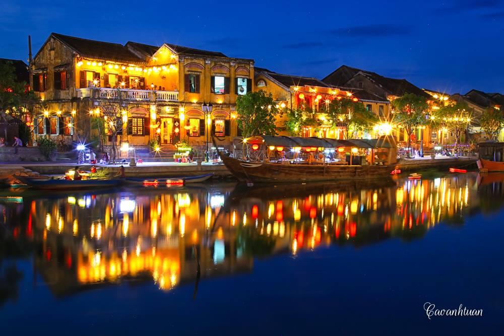 Dòng sông Hoài dịu dàng lung linh dưới những ánh đèn - Ảnh Caoanhtuan