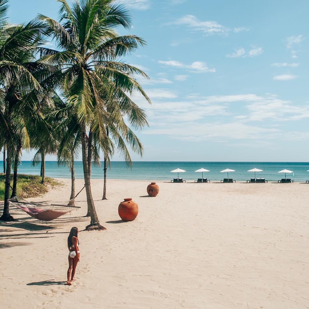 Cửa Đại với bãi biển đẹp, những cồn cát trắng, làn nước xanh hòa với cái nắng dịu dàng - Ảnh @bucketlistbums