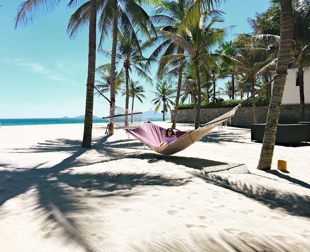 Hòa mình vào cái nắng ấm áp cùng bãi cát trắng nơi Cửa đại - Ảnh quangnamtourism