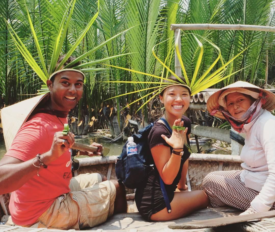 Du khách tự tay làm những món đồ chơi bằng lá dừa - Ảnh barileetraveling