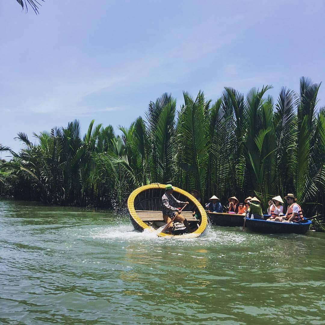 Du khách ngồi trên những chiếc thuyền thúng di chuyển trong những hàng dừa - Ảnh huy_buwowi