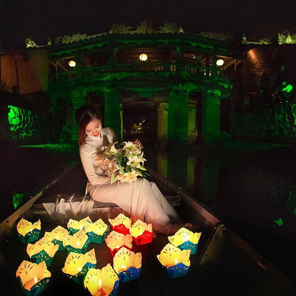 Hay thước tha trên con thuyền đầy hoa đăng nơi Chùa Cầu - Ảnh @cindymarukochan
