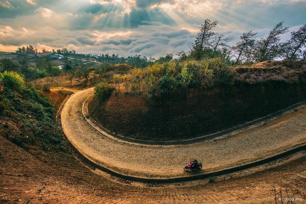 Y Ty- sapa travel- Zigzag roads are the attraction for travelers who want to conquer Y Ty. By: pystravel.vn