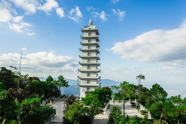 Du lịch Đà Nẵng- điểm du lịch Bà Nà Hills-Nghinh Phong Tháp sừng sững trên đỉnh Bà Nà. Ảnh: Sưu tầm