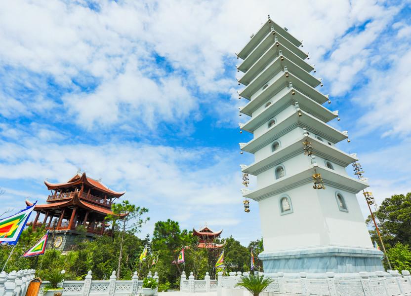 Du lịch Đà Nẵng- điểm du lịch Bà Nà Hills-Đứng ở Lầu Chuông có thể ngắm tháp Nghinh Phong và ngược lại. Ảnh: Sưu tầm