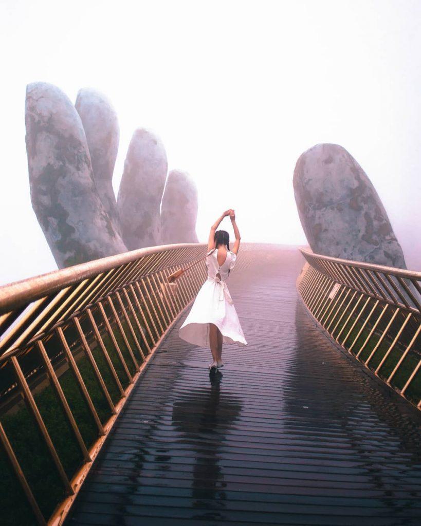 Du lịch Đà Nẵng- điểm du lịch Bà Nà Hills- Khung giờ vàng để '' độc chiếm'' Cầu Vàng là vào buổi sáng sớm. Ảnh: heideexyz