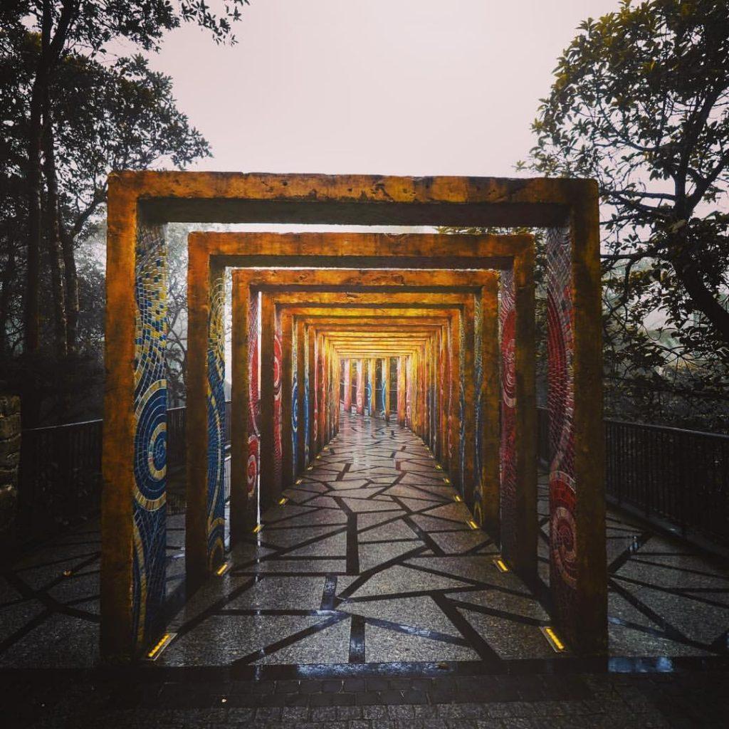 Du lịch Đà Nẵng- điểm du lịch Bà Nà Hills-Trước cổng nhà cổ là con đường dẫn qua các địa điểm du lịch khác. Ảnh: letustravelnow