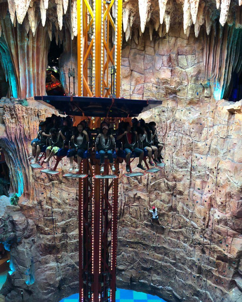 Du lịch Đà Nẵng- điểm du lịch Bà Nà Hills-Trò chơi mạo hiểm tháp rơi tự do thu hút giới trẻ tham gia. Ảnh: mcryong fantasy park
