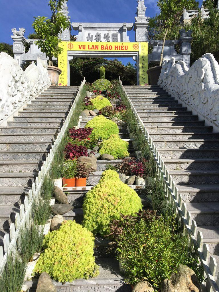 Du lịch Đà Nẵng- điểm du lịch Bà Nà Hills-Bậc thang dẫn lối lên khu du lịch tâm linh và Trú Vũ Trà Quán. Ảnh: Nguyễn Minh Hoàng
