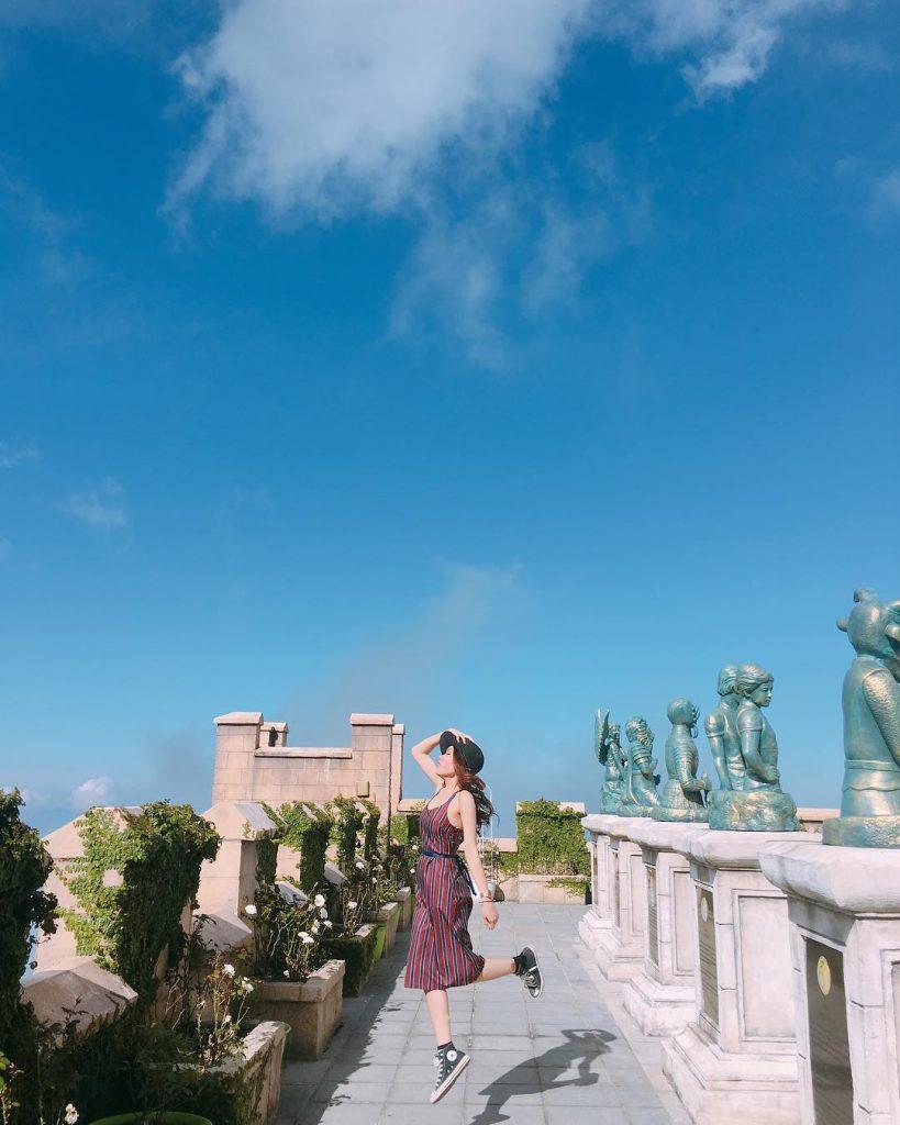 Du lịch Đà Nẵng- điểm du lịch Bà Nà Hills-Du khách chụp ảnh với các tượng cung Hoàng Đạo. Ảnh: truongtrangdu