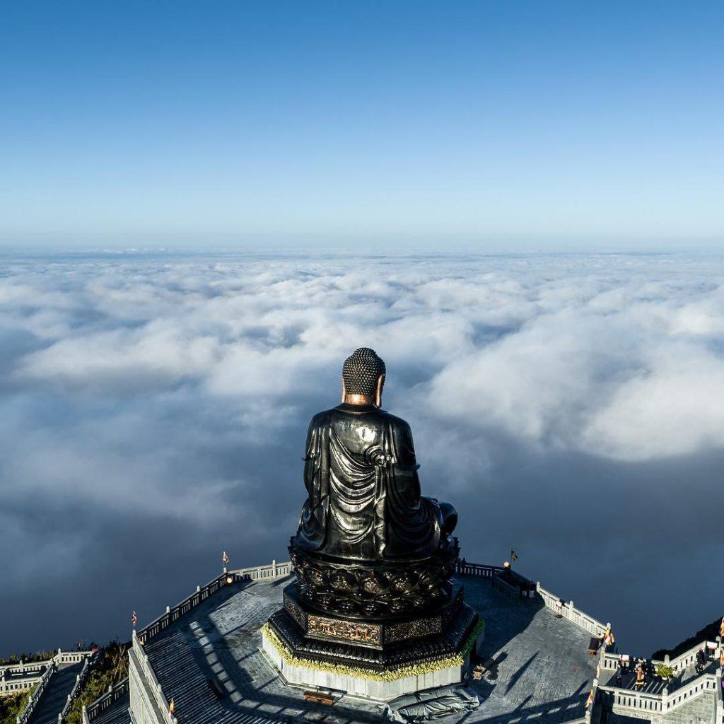 Du lịch vùng cao- Du lịch Tây Bắc- Cảnh đẹp Tây Bắc-Bức tượng bằng đồng cao nhất Việt Nam đặt trên đỉnh Fanxipan. Ảnh: Nguyễn Minh Hoàng