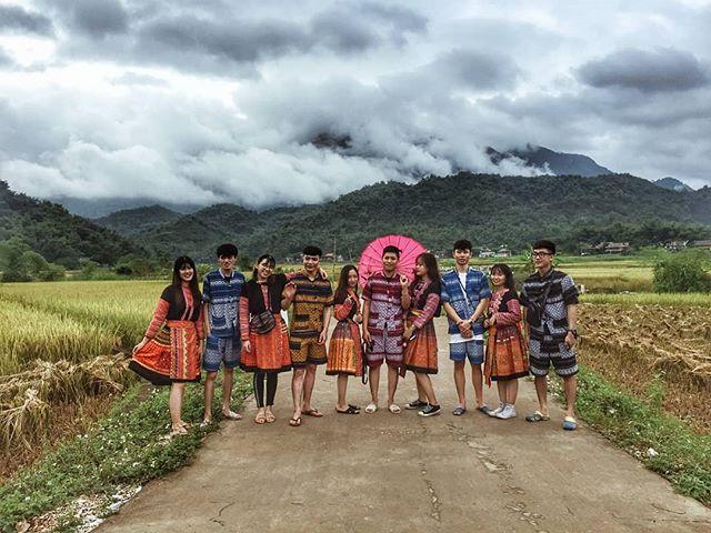 Du lịch Mai Châu - Cảnh đẹp Mai Châu - Các bạn trẻ thích thú trong trang phục dân tộc Thái. Ảnh: @ngoc.pu_48