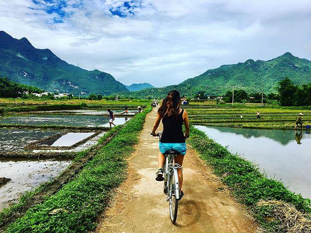 Du lịch Mai Châu - Cảnh đẹp Mai Châu - Du khách nước ngoài trải nghiệm đẹp xe trên con đường làng. Ảnh: @hbananazzz