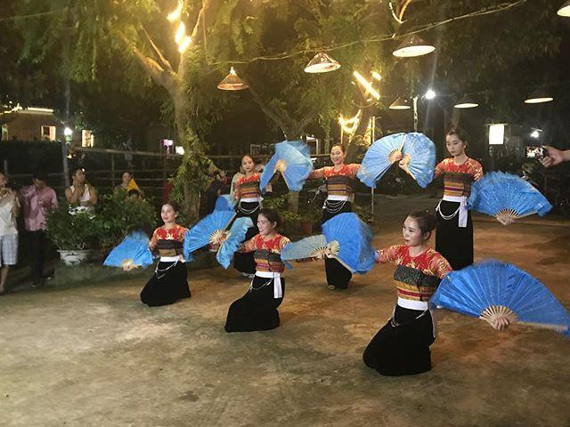 Du lịch Mai Châu - Cảnh đẹp Mai Châu - Du khách được chiêm ngưỡng cảnh ca múa nhạc mang đậm bản sắc dan tộc Thái. Ảnh: @huyenlizzz