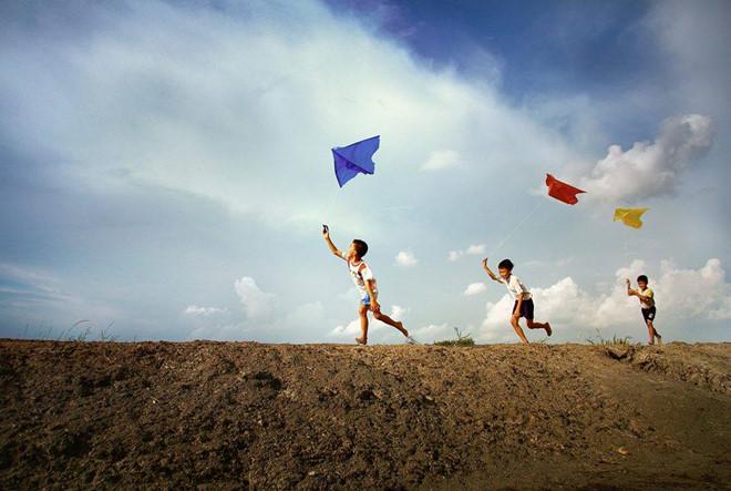 làng quê Ninh Bình- du lịch Ninh Bình-Những chiều thả diều trên triền đê là ký ức sâu sắc của mỗi người dân quê Ninh Bình. Ảnh: Vũ Đăng Khoa