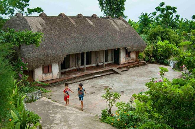làng quê Ninh Bình- du lịch Ninh Bình-Ngôi nhà làng quê xưa phủ đầy rơm trên mái. Ảnh: Vũ Đức Phương