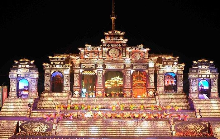 Đại Nội Huế lung linh dưới ánh đèn trong đêm Festival Huế. Ảnh: Vietnamplus
