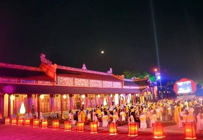 Đêm lễ hội thưởng thức sơn hào hải vị của hoàng tộc tại Festivel Huế. Ảnh: Vnecdn