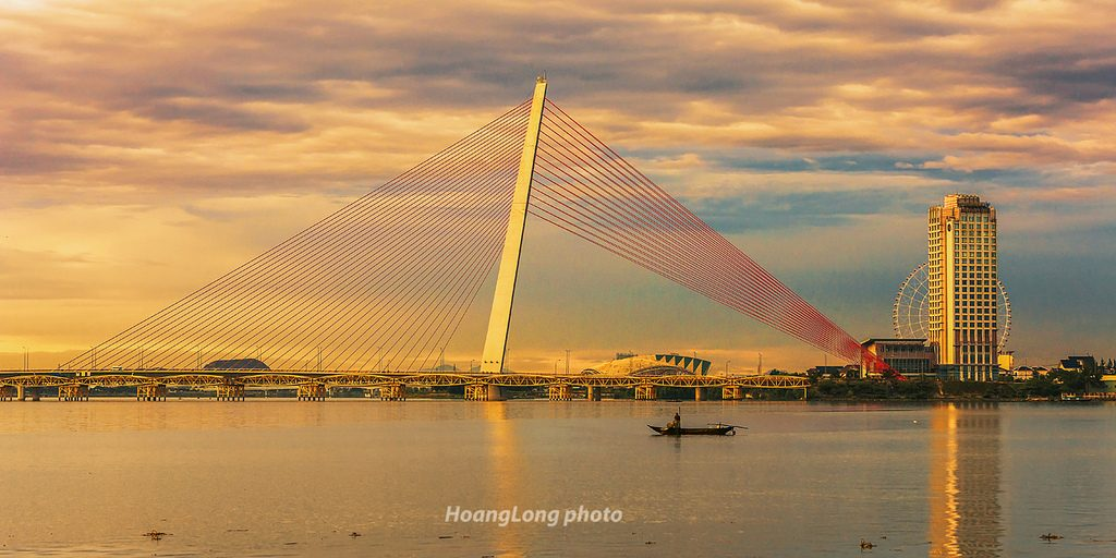 Han River bridge is the symbol for new vitality and the developing desire of the city. Photo: HoangLong photo