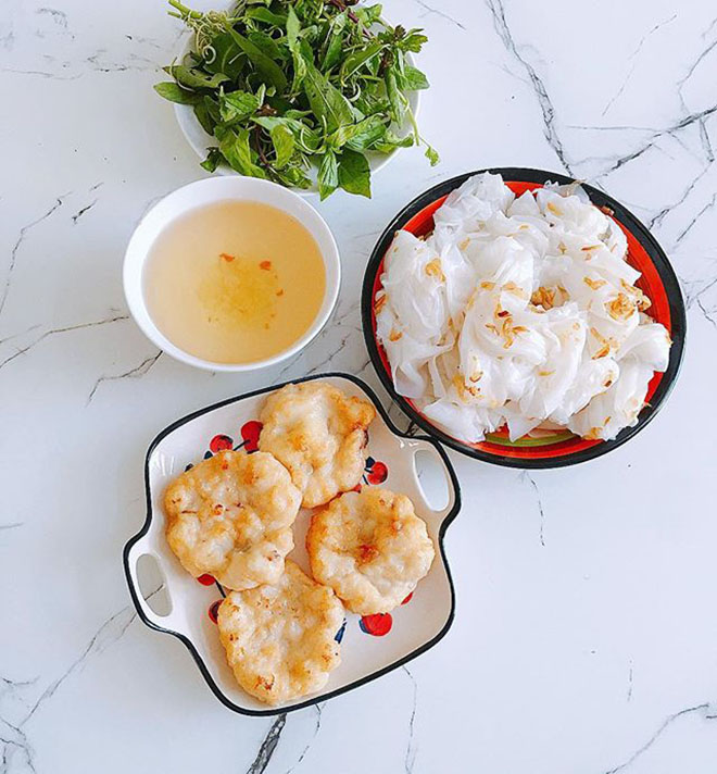 Banh cuon (Vietnam stuffed pancake) with squid sausages is the speciality in Halong: @keomut925