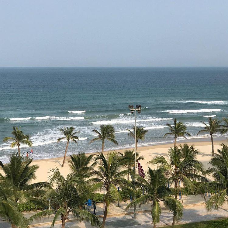 Bãi biển Phạm Văn Đồng với bãi cát mịn, không khí trong lành. Ảnh: @cindynguyen67