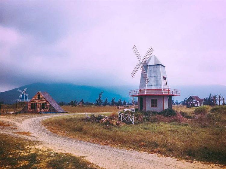 Phim trường Thuận Phước Field lấy cảm hứng từ Hà Lan với cối xoay gió. Ảnh: @hue_danang_adventures