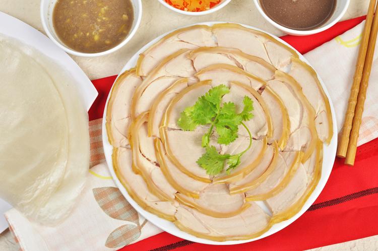 Bê thui Cầu Mống được chế biến từ thịt bê, đem bê thui bằng cỏ dâu và than ven sông Thu Bồn. Ảnh: sưu tầm