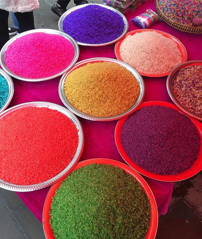 Bạn có thể dễ dàng tìm thấy xôi ngũ sắc tại các phiên chợ ở Hà Giang. Ảnh: Sưu tầm
