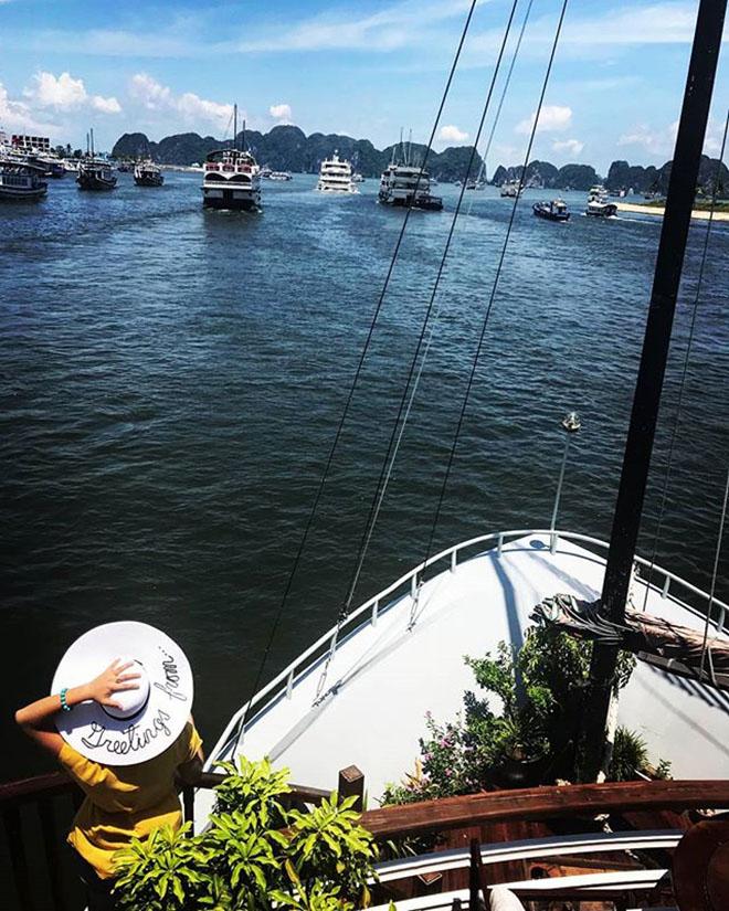 Ngắm cảnh trên thuyền. Ảnh: @tkn219