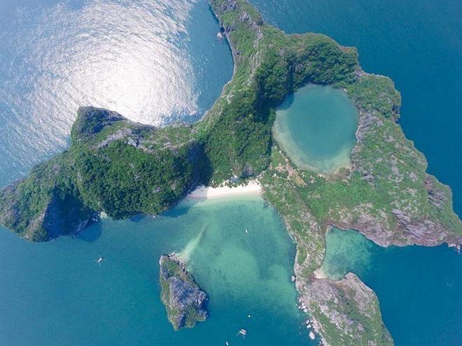 Nhìn từ trên cao đảo như con mắt của Rồng đang mở to nhìn trời. Ảnh: Drangon Eye Island