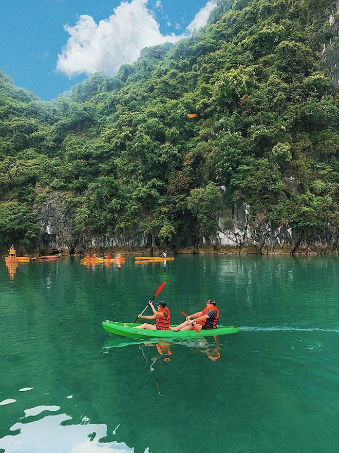 Trải nghiệm thú vị của khách du lịch bằng thuyền Kayak. Ảnh: news.zing.vn