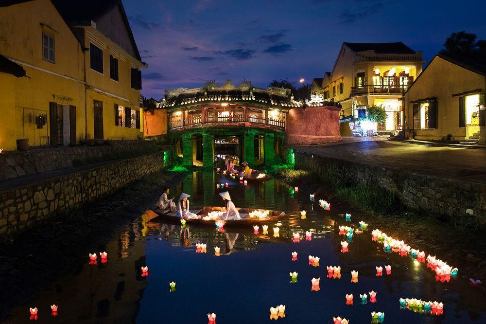 du lịch Hội An - Kinh nghiệm du lịch Hội An - Bí kiếp du lịch Hội An - Chùa Cầu buổi tối lung linh dưới những ánh đèn cùng những chiếc hoa đăng thả trên sông. Ảnh: Nhat Trieu Le
