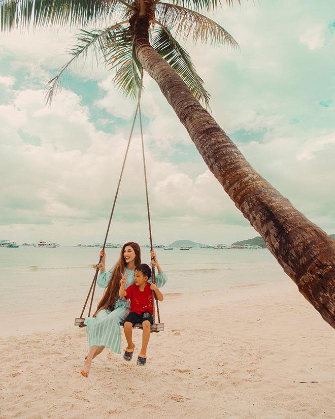 Bãi Sao với cát trắng mịn, những con sống vỗ yên bình, hàng dương xanh cao vút đưa mình theo làn gió. Ảnh: @sarahannabella 3