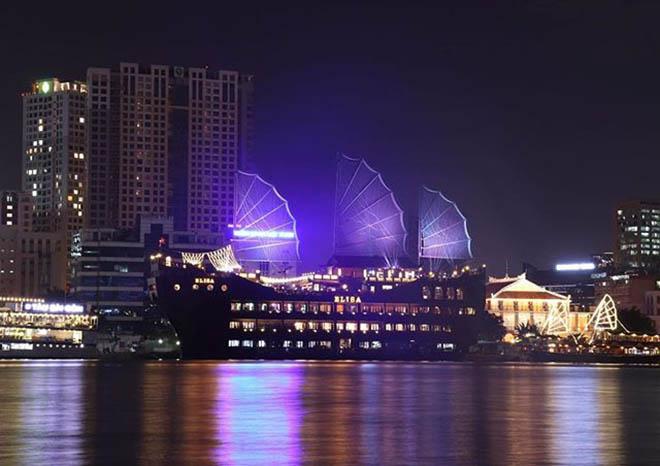 Du thuyền ven sông Sài Gòn để ngắm thành phố về đêm. Ảnh: @fly.highhhh_