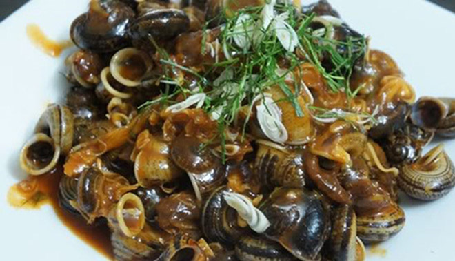 Hot bowl of boiled snails is served with fish sauce is always attractive. Photo: Collection