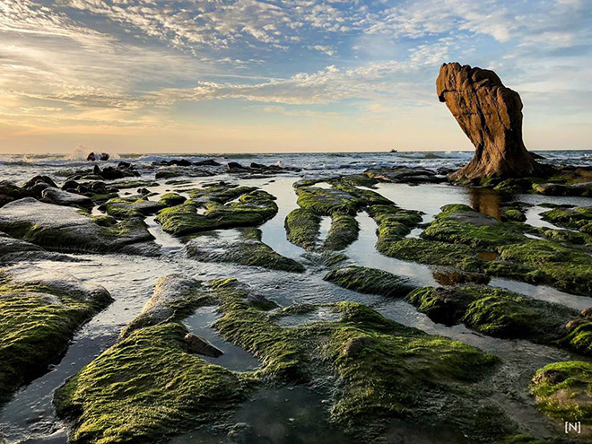 Co Thach is also attractive because of the rocky bank with so many different kinds of shapes and size. Photo: Đồng Huỳnh Thanh