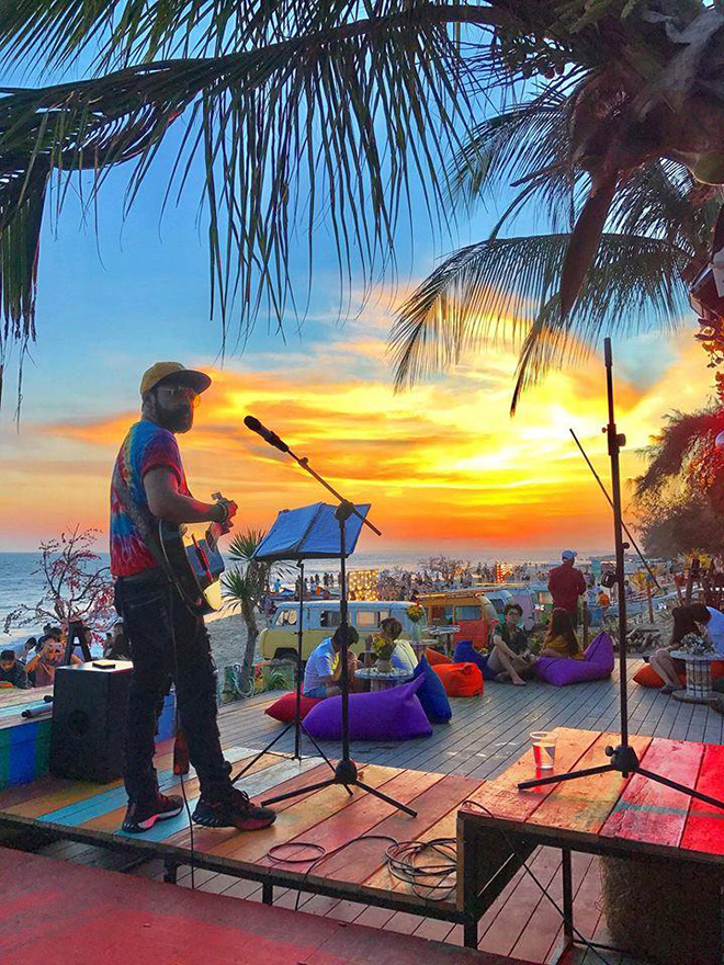 There is a large beach, a small white villa, and a circle bar designed in Hawaii style in Coco beach. Photo: Đỗ Duy