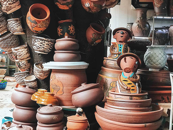 In the small pottery workshops, you could manually make ceramic products or draw on the ceramic cups or souvenirs to give to friends and relatives as presents. Photo: Collection