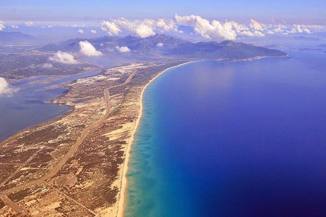 Vịnh Vân Phong nhìn từ trên cao xuống với vùng biển tuyệt đẹp. Ảnh: Saauie