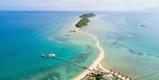 Con đường ra biển đầy thú vị ở đảo Điệp Sơn. Ảnh: Trần Trung Hiếu