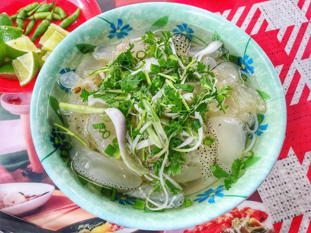 Món bún sứa Nha Trang được nấu với sứa (loại động vật biển), vị nước dùng của chả cá tạo nên món ăn thơm, ngon, vô cùng hấp dẫn. Ảnh: @calvinthaipham