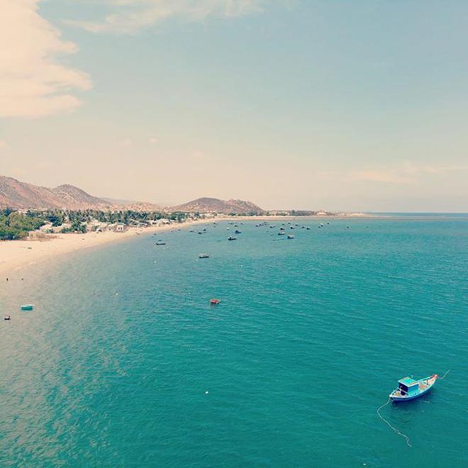 Ninh Chữ với bờ biển bằng phẳng hình vòng cung,nước trong xanh, cát trắng mịn. Ảnh: @kh4inguyen75