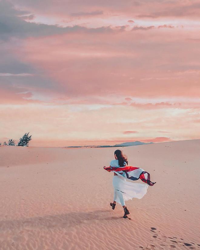 Bãi cát Nam Cương dịu dàng khi hòa cùng ánh vàng êm ả của hoàng hôn buổi chiều. Ảnh: @haphuong0072004