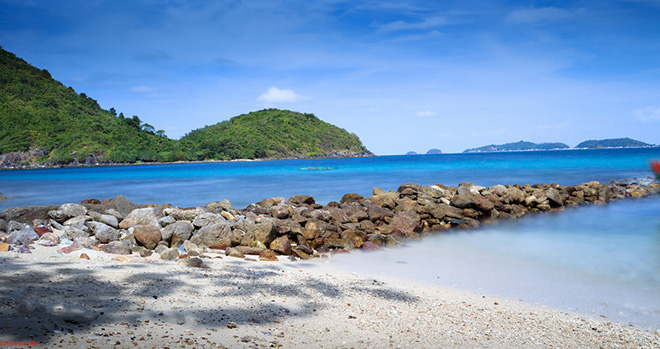 Hon Nom islet is pristine and deserted, suitable for visitors relaxing, swimming. Photo: Collection