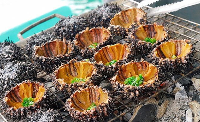 Another way to enjoy sea urchin is to split its shell, grill on charcoal fire until the meat shrinks then add a little bit fried onion. Photo: Collection