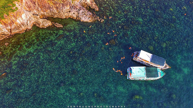 Visitors can rent a boat to explore islets around Nam Du island. Photo: @Sontruong