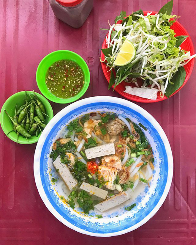 A hot bowl of Banh Canh Cha Ca includes noodles, fried fish, fish beams, basil, green onions . Photo: @dhangng_
