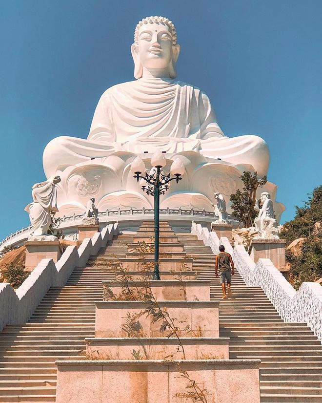 The highest Buddha statue in Southeast Asia. Photo: @cronicas_deunamochila