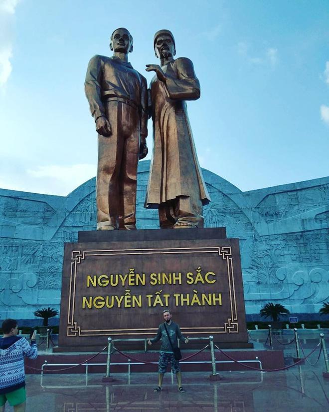 The monument of Nguyen Sinh Sac ( Nguyễn Sinh Sắc)- Nguyen Tat Thanh (Nguyễn Tất Thành) in Quy Nhon's central square. Photo: @kazanivancev